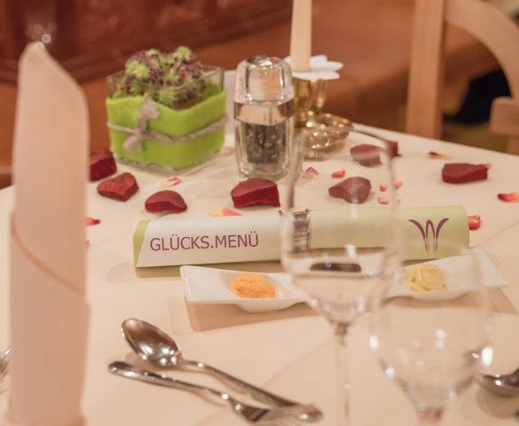 Romantisch gedeckter Tisch im Restaurant