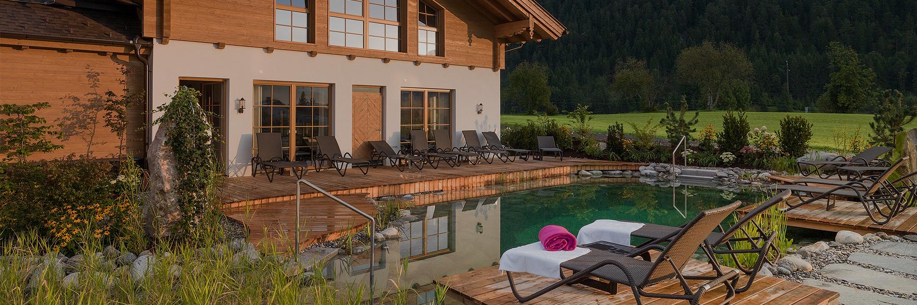 Ruhealm mit Schwimmteich Wellnesshotel Waidringer Hof Tirol in den Kitzbüheler Alpen
